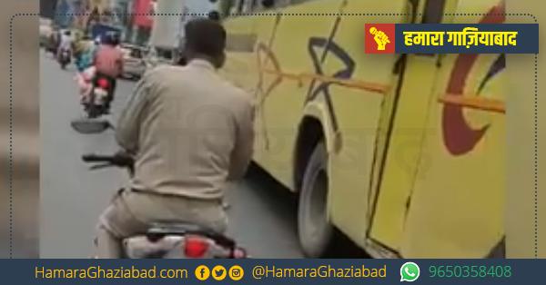 बाइक पर बिना हेलमेट के फोन से बात कर रहे पुलिसकर्मी का विडियो वायरल