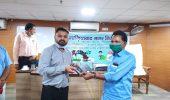 गाजियाबाद नगर आयुक्त ने सफाई कर्मचारियों को बांटी डायरी और पैन – पूर्ण उपस्थिति पर दिया बल