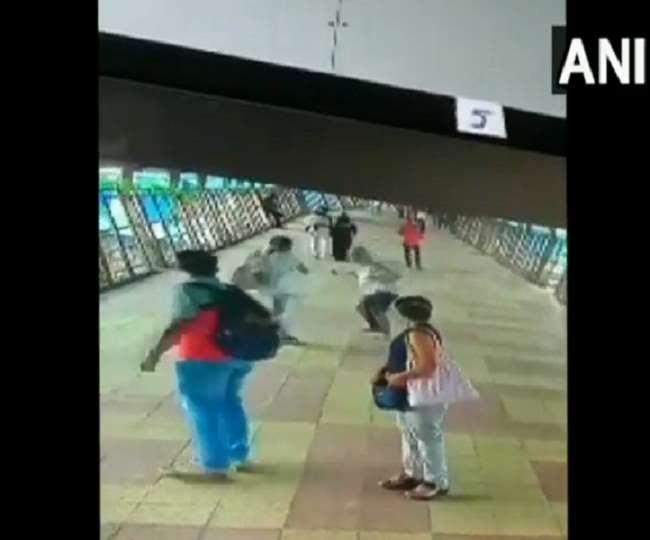 मुंबई के एक ब्रिज पर सरेआम एक शख्स पर चाकू से हमला, खतरनाक फुटेज कैद