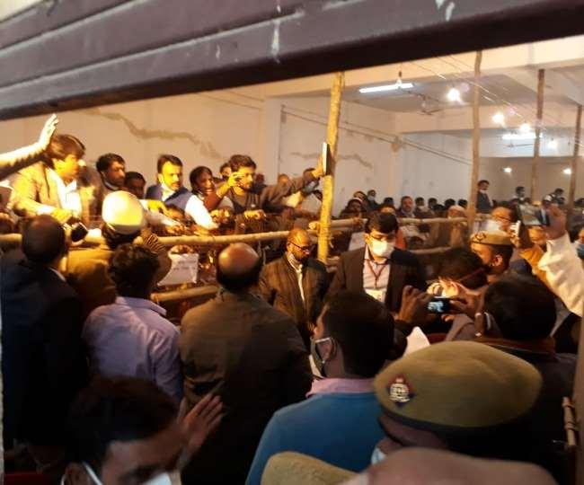Uttar Pradesh MLC Election 2020 Results: लखनऊ में मतगणना के दौरान हंगामा, सपा प्रत्याशी ने कहा-बक्सा सील करने में की गई गड़बड़ी