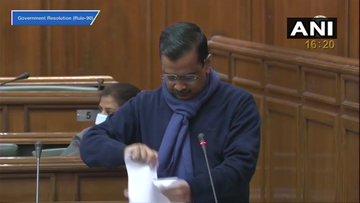 दिल्ली सीएम केजरीवाल ने विधानसभा में फाड़ी कृषि कानूनों की प्रतियां, कहा- आज हर किसान बना भगत सिंह