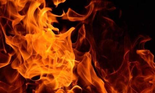 गाजियाबाद, कबाड़ के गोदाम में धमाके के साथ लगी आग, एक जिंदा जला