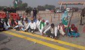 यमुना एक्सप्रेस-वे पर भी किसानों का कब्जा, जेवर टोल प्लाजा पर धरना शुरू