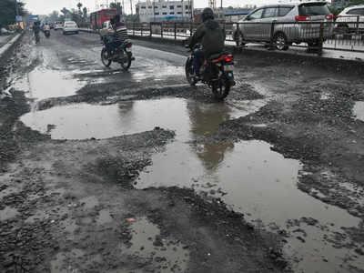 सड़क निर्माण की मांग को लेकर क्रॉसिंग के लोगों ने किया विरोध