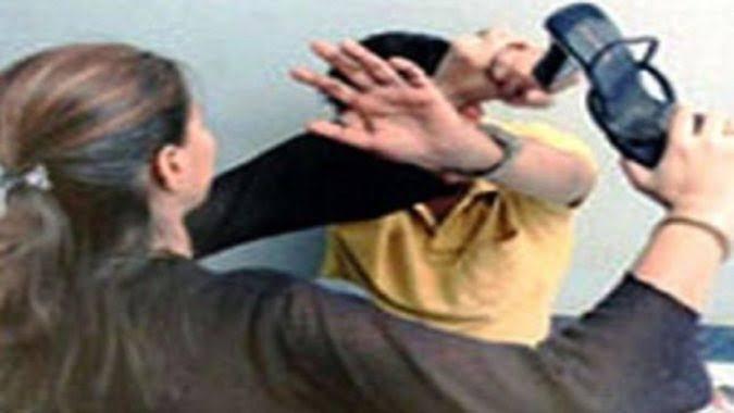 गाजियाबाद,छेड़छाड़ कर रहे मनचलों को छात्रा ने पीटा