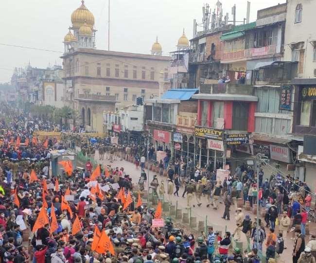 हनुमान मंदिर हटाने पर हंगामा, VHP कार्यकर्ताओं ने चांदनी चौक इलाके में किया प्रदर्शन