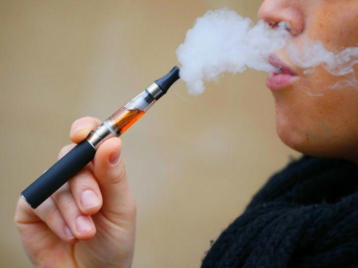 अलर्ट करने वाली रिसर्च:ई-सिगरेट पीते हैं तो स्मोकर बनने का खतरा 3 गुना तक बढ़ जाता है, एक्सपर्ट बोले; यह सिगरेट पीने जितना खतरनाक