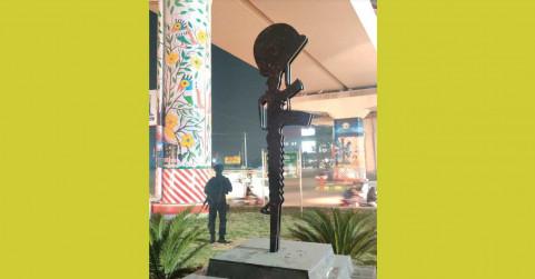 गाजियाबाद वेस्ट प्लास्टिक से शहीद मेजर मोहित शर्मा की फोटो और राइफल बनाई