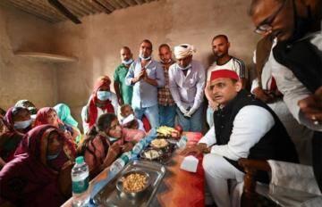 मृतक के परिजन से मिलने पहुंचे पूर्व CM अखिलेश, टेबल पर बिसलेरी व काजू कतली देख लोग बोले- मातम वाले घर में मेवे नहीं चखे जाते