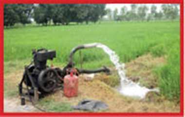 ललितपुर में सस्ती खेती का जुगाड़:डीजल के बढ़ते दामों से परेशान किसान पुत्र ने LPG से चलाया पंपिंग सेट; एक सिलेंडर से 38 घंटे तक सिंचाई