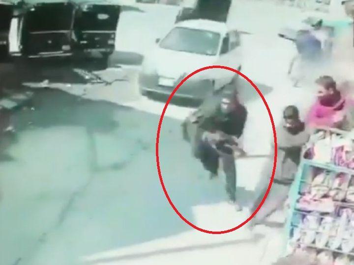 श्रीनगर में पुलिस पर हमला:आतंकी ने बीच बाजार में गन निकालकर गोलियां बरसाईं, दो जवान शहीद; 2 मुठभेड़ों में 3 टेररिस्ट मार गिराए