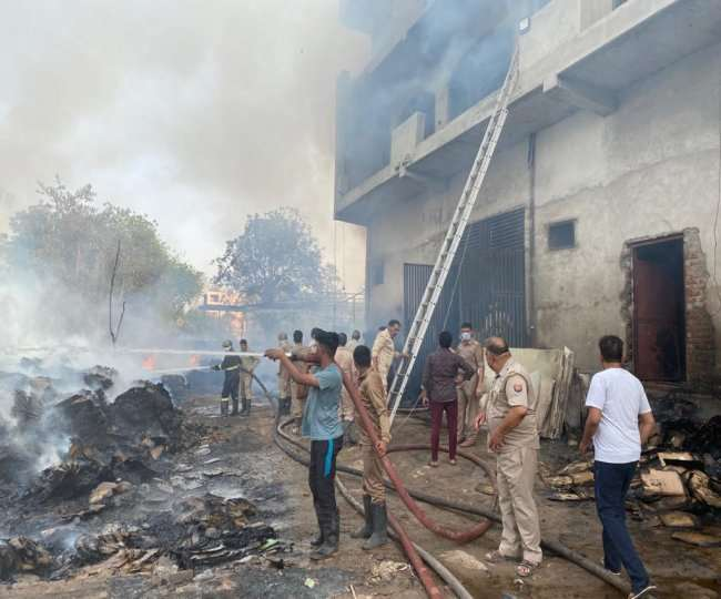 गाजियाबाद के नंदग्राम में गत्ता फैक्ट्री में लगी आग, दमकल की छह गाड़ियां मौके पर