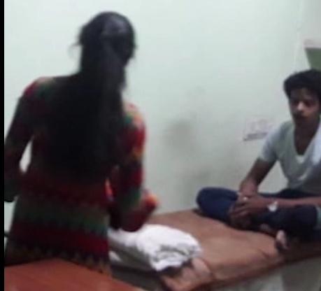 इंदौर: अस्पताल के मुर्दाघर में लड़कियों के साथ अय्याशी करते मिले दो कर्मचारी, Photo वायरल होने पर मचा हड़कंप