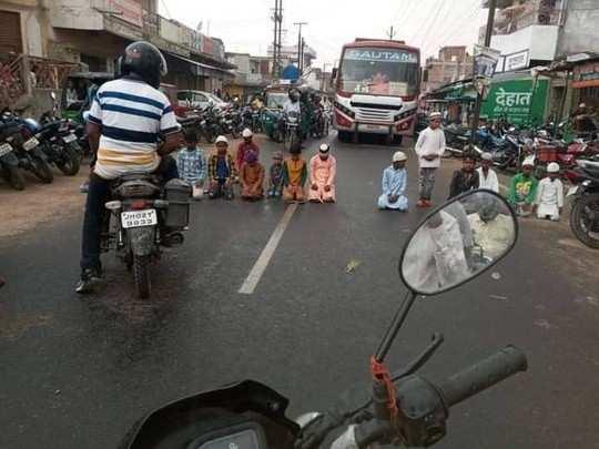Jharkhand Samachar: हजारीबाग में बच्चों को आगे कर सड़क पर अदा की गई जुमे की नमाज, तसलीमा नसरीन ने कर दी ये मांग