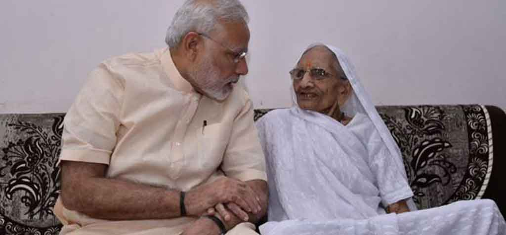 पीएम मोदी की मां हीराबेन को लगा कोरोना टीका, प्रधानमंत्री ने ट्वीट करके खुद दी जानकारी