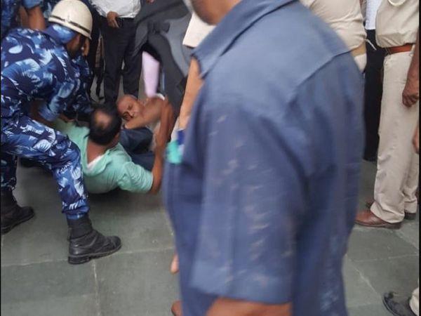 बिहार विधानसभा में अभूतपूर्व बवाल LIVE:विधायकों ने स्पीकर को बंधक बनाया, मार्शल ने उठाकर सदन से बाहर फेंका; एक MLA बेहोश