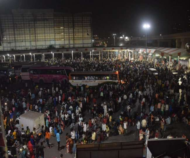दिल्ली और गाजियाबाद के बस अड्डों पर उमड़ी प्रवासी मजदूरों की भीड़, हैरान कर देने वाली हैं तस्वीरें