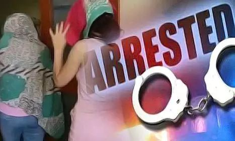 यौनाचार के झूठे मामले में फंसाकर जबरन वसूली का धंधा चलाने वाली तीन महिलाएं गिरफ्तार