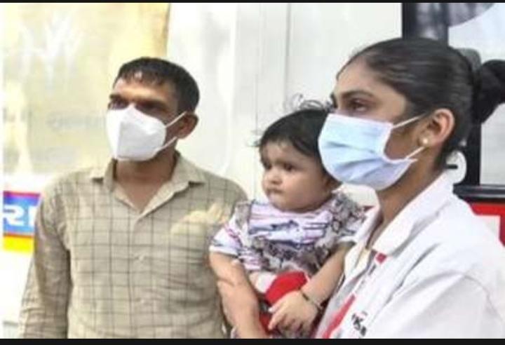 कोरोना योद्धा: सूरत में महिला कर्मचारी सात माह के बच्चे के साथ मरीजों की कर रही सेवा