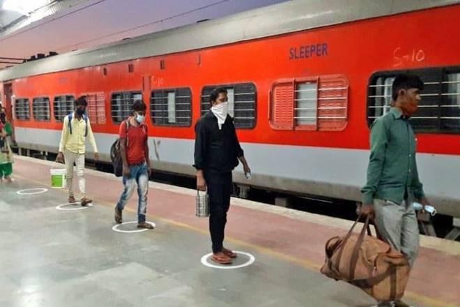 Indian Railways: क्या कोरोना की दूसरी लहर के बीच ट्रेन सेवाओं पर लगेगी रोक? जानें- रेलवे ने क्या कहा