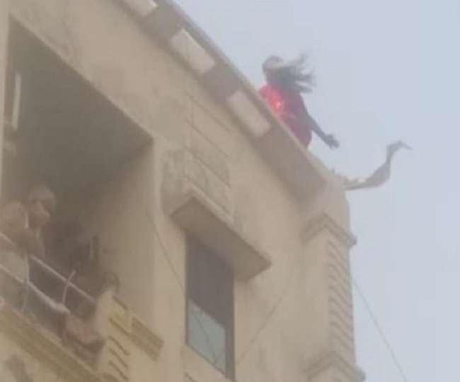मोबाइल नंबर ब्लाक किया तो प्रेमी के घर की छत पर चढ़ी युवती, किया हाई वोल्टेज ड्रामा