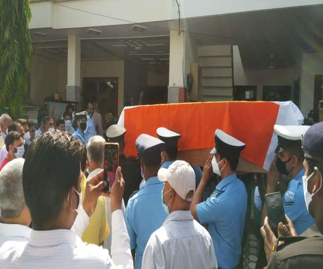 मेरठ: आंख में आंसू व दिल मे तड़प के साथ लोगों ने दी विमान क्रैश में शहीद अभिनव को विदाई, बागपत में होगा अंतिम संस्कार