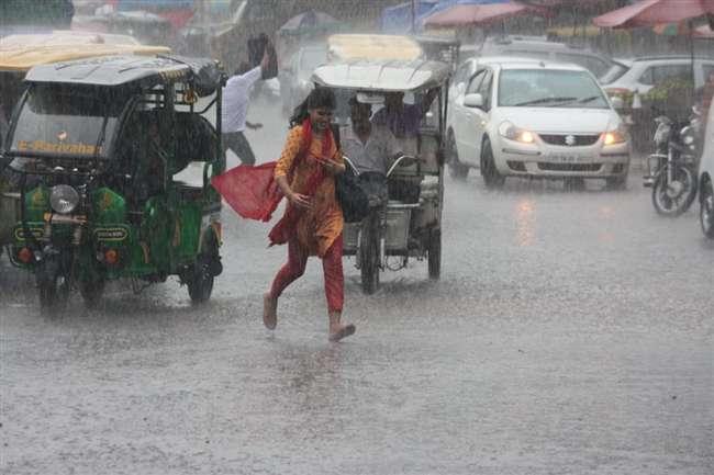 Weather Update: Delhi-NCR में मूसलाधार बारिश, मौसम विभाग ने जारी किया ऑरेंज अलर्ट, 5 डिग्री गिरेगा पारा!