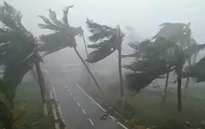 तट से टकराया साइक्लोन, बंगाल और ओडिशा के रहवासी क्षेत्र में घुसा समुद्र का पानी; बिहार-झारखंड में भारी बारिश का अलर्ट