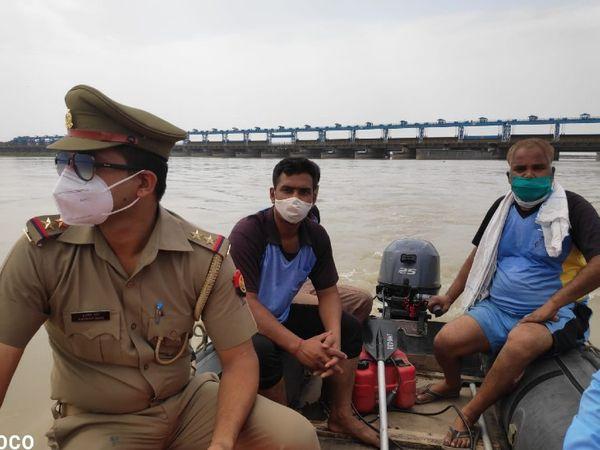 UP में भास्कर की खबर का असर:27 जिलों में गंगा नदी में PAC और SDRF की टीमें तैनात; SP और SSP ने चेतावनी दी, कहा- नदी में शव प्रवाहित करने पर कानूनी कार्रवाई होगी