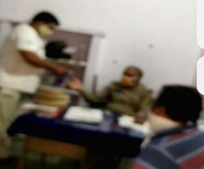 मेरठ : पुलिस चौकी में बैठकर रिश्वत लेते दारोगा का वीडियो वायरल, हर माह वसूली करने का आरोप