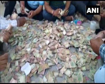 भीख मांगकर गुजारा करने वाली बुजुर्ग महिला की झोपड़ी से मिले नोटों से भरे बक्से, देखकर हैरान रह गए अधिकारी
