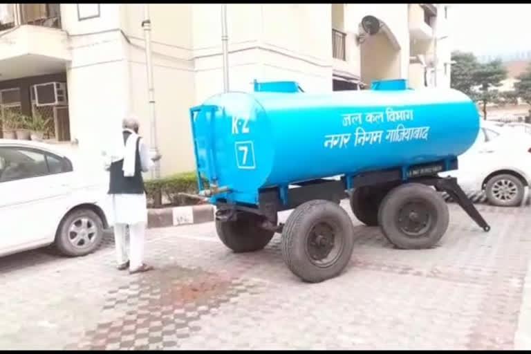 कमाए एक लाख, प्रदर्शनकारियों को निःशुल्क दिया 1.20 करोड़ रुपये का पानी