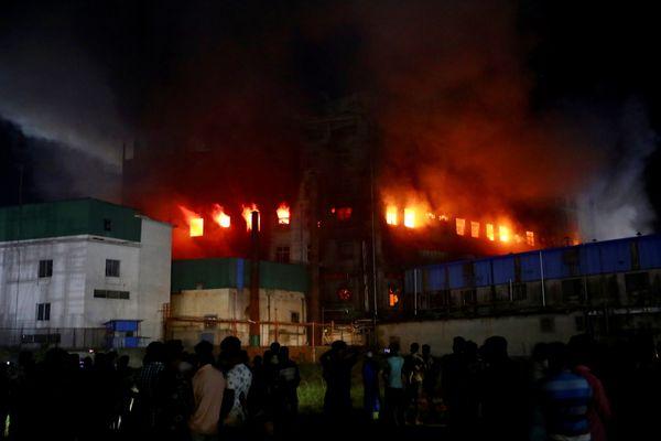 फैक्ट्री में आग से 52 की मौत:6 मंजिला फूड प्रोसेसिंग फैक्ट्री में आग लगी; जान बचाने के लिए इमारत से नीचे कूद पड़े लोग