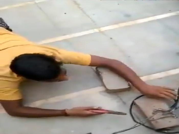 गाजियाबाद: बिजली चोरी करते रंगे हाथ पकड़ा गया 'कटियाबाज', सोशल मीडियो पर वीडियो वायरल