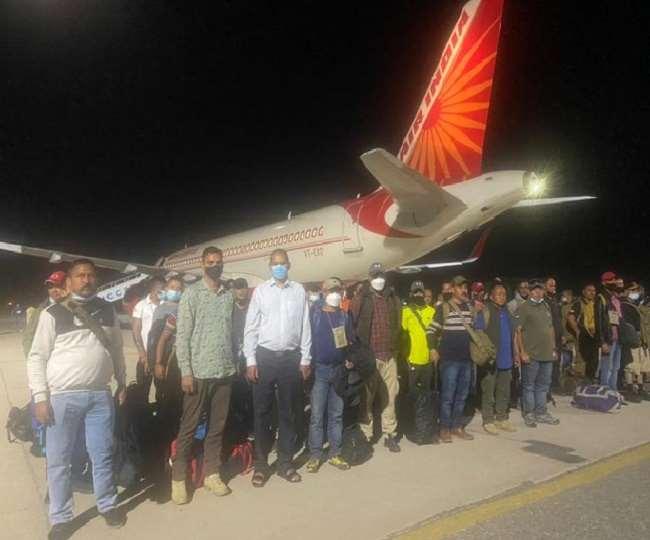 वतन पहुंचते ही गूंजे भारत माता की जय के नारे, देर रात अफगानिस्तान से 87 लोगों को लेकर भारत लौटा विमान