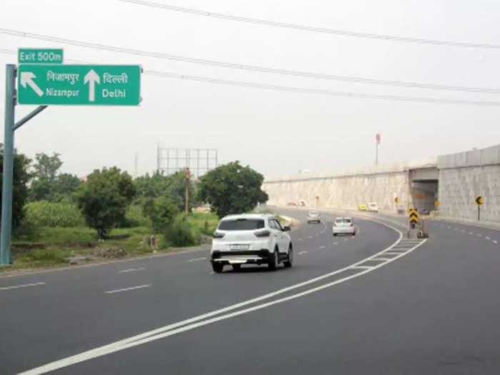 Delhi Meerut Expressway News: हादसों पर लगेगी लगाम! दिल्ली-मेरठ एक्सप्रेसवे के किनारे सभी होर्डिंग्स हटेंगे
